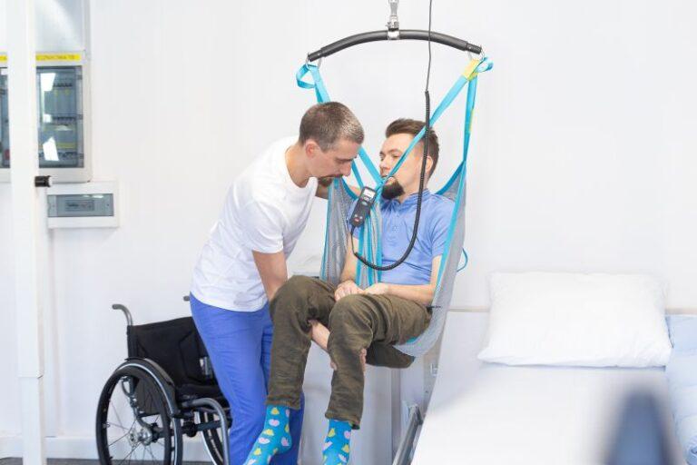 Bezpieczny transfer pacjenta. Jak przenosić podopiecznego?
