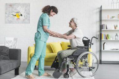 Opieka nad osobą starszą niesamodzielną - rodzaje wsparcia, przydatne rady. Część 2