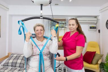 Pacjent i opiekun. Komfort oraz bezpieczeństwo opiekuna i pacjent podczas przemieszczania.