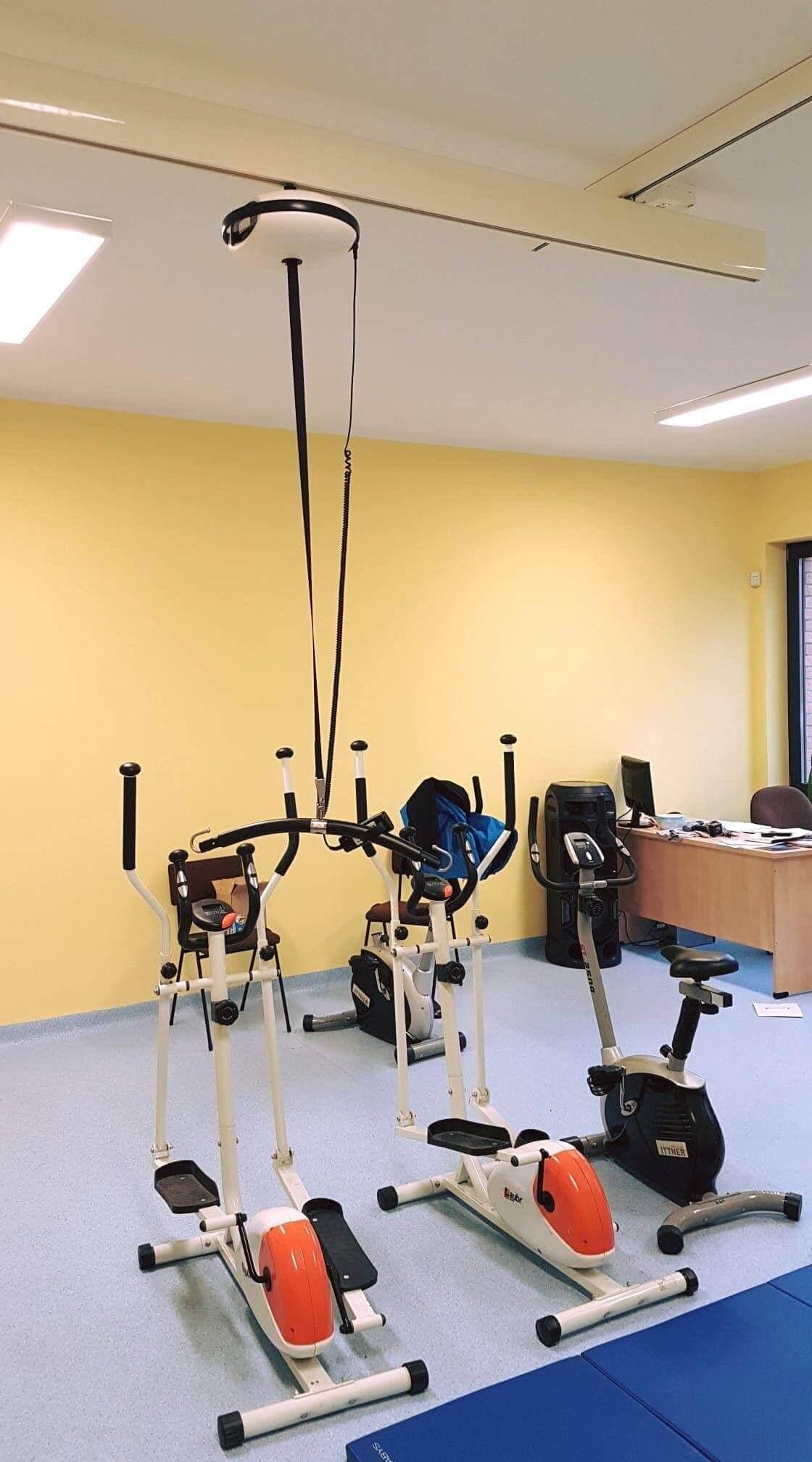 podnośnik sufitowy na sali rehabilitacyjnej